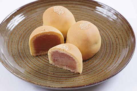 地元川西名産のいちじくを白餡に入れ、バター、ミルクをたっぷり使ったふっくら愛らしい焼き饅頭です。 title=美女丸