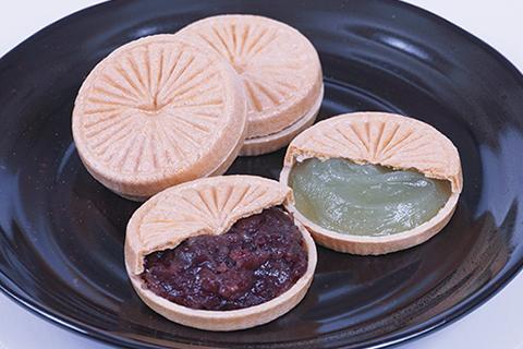 粒選りの大納言と柚子の香りの白小豆を独特な製法により、風味豊かな味わいに作りあげました。 title=菊炭もなか