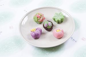 川西の歴史と伝統の想いを込めた、イチオシの商品をご紹介。 title=季節の上生菓子